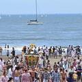 写真: お神輿海中渡御