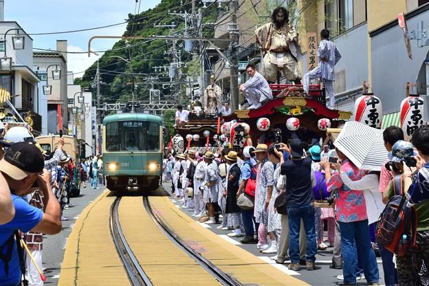 祭り一色の電車道