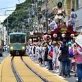 写真: 祭り一色の電車道