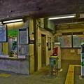 写真: 高架下の無人駅