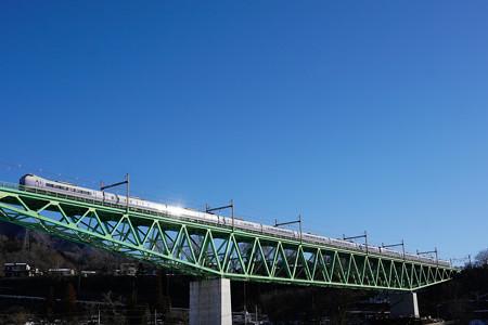 朝日を浴びて輝くE351系スーパーあずさ@新桂川橋梁