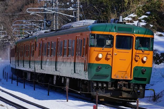 雪の上越路を行く115系湘南色