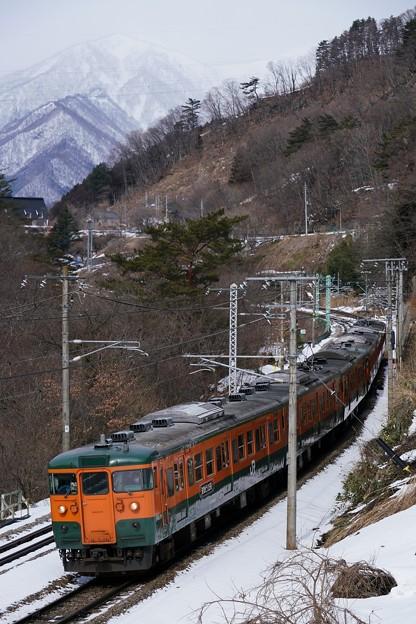 冬の諏訪峡を行く115系湘南色2