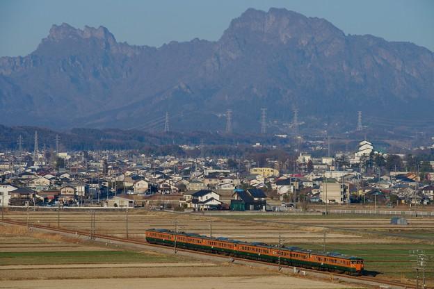妙義山を背に115系湘南色が走る!