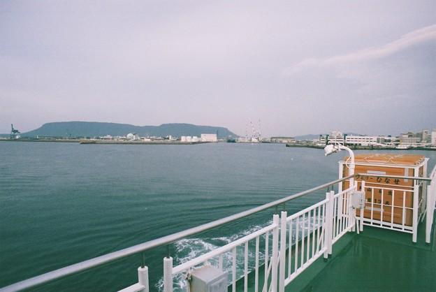 「フェリーひなせ」船上より屋島を眺める