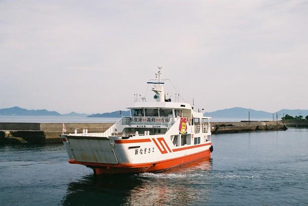 高見島を出港する「新なぎさ2」