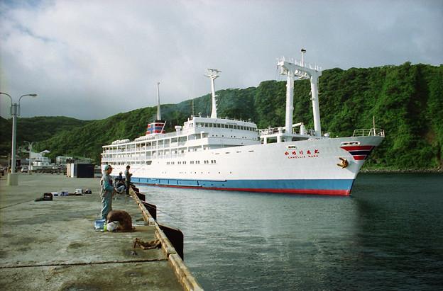 岡田港を出港する「かめりあ丸」