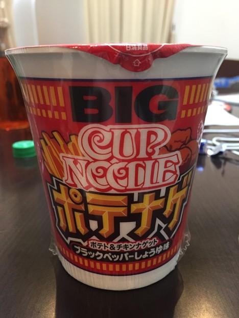日清食品カップヌードルBIGのポテナゲのポテト&チキンナゲットのブラックペッパーしょうゆ味