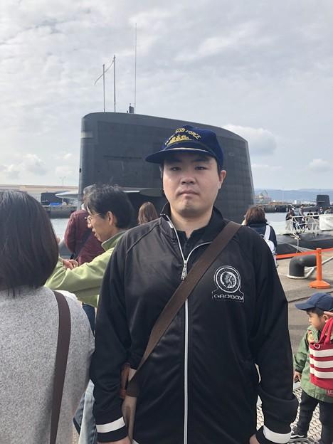 海上自衛隊の帽子を被っているシーン
