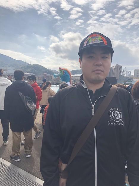 僕の後ろに広島カープのマスコットキャラのスラィリー