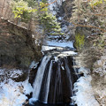 写真: 渓谷の滝