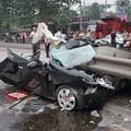 写真: ミキサー車にペッチャンコのBYD (2)