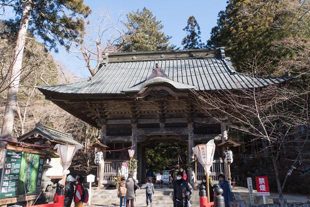 2019年初詣【榛名神社:入口の随神門】