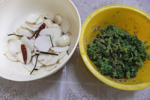 家庭菜園で採れた小蕪の酢漬けとブロッコリーの胡麻和え