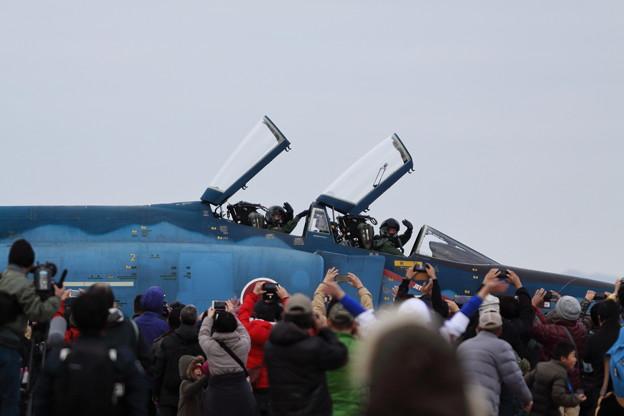 手を振るパイロット RF-4E洋上迷彩