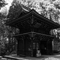 御岩神社 楼門(斜め後ろ)