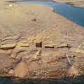 Photos: 干し上がったダムから でてきた 宮殿 … イラクや シリアの水車 …