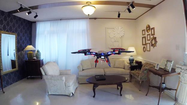 テスト飛行、室内で!