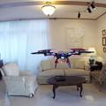 写真: テスト飛行、室内で!