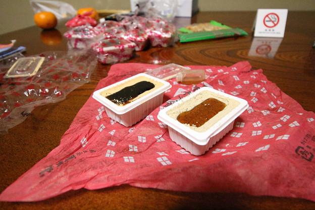 写真: 信玄餅プレミアムと普通の信玄餅