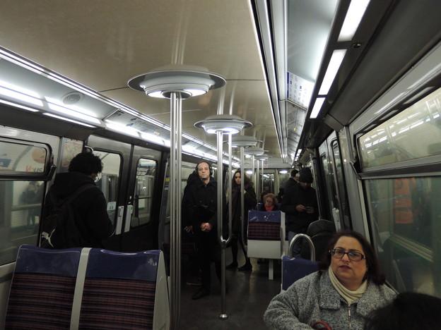 パリの地下鉄車内
