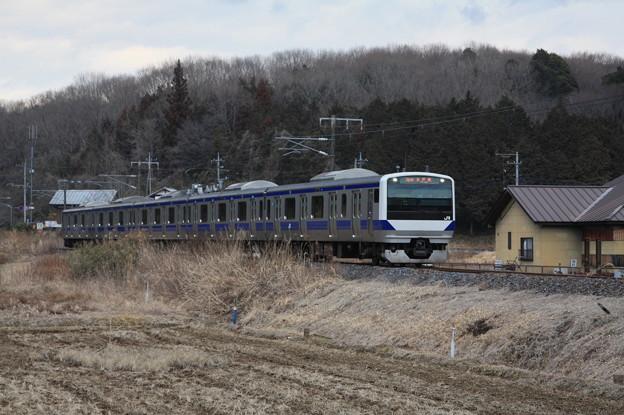 冬の田園風景を行く水戸線E531系3000番台