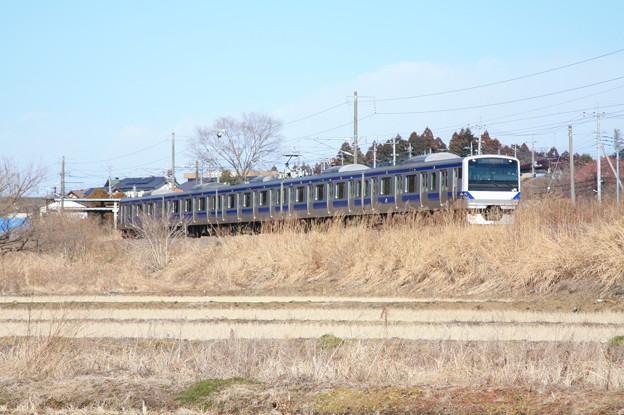 冬の田園風景を行く水戸線E531系