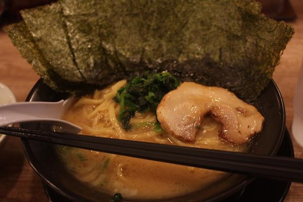 横浜家系ラーメン 武骨家 醤油とんこつラーメン 海苔トッピング
