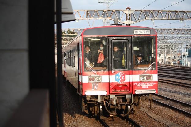 水戸駅8番線に入線する鹿島臨海鉄道6000形6006「ガルパン」ラッピング (1)