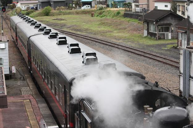 茂木駅構内でバックして入れ換えを行うSLもおかC12 66