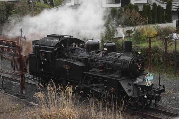 茂木駅構内で客車と切り離し転車台へ向かうC12 66