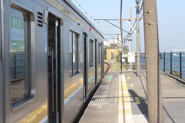 鶴見線海芝浦駅のホームと海