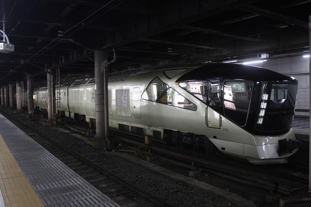 上野駅13番線に停車中のE001系四季島