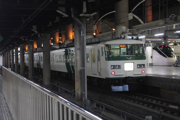 185系200番台OM08編成 斜めストライプ色 (1)