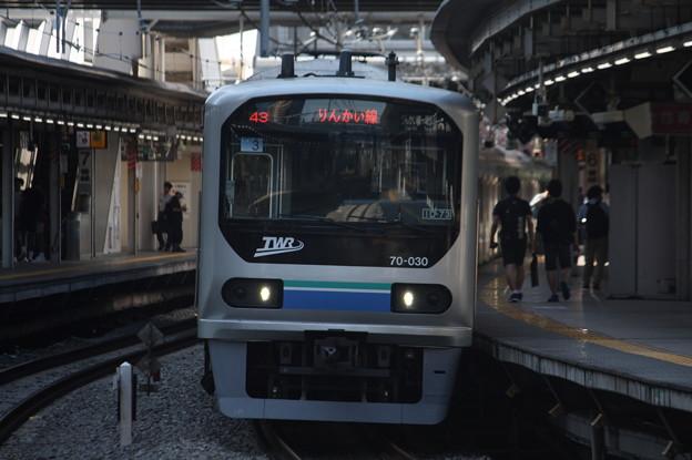 大崎駅6番線から発車するりんかい線70-000形Z3編成 各駅停車 新木場 行