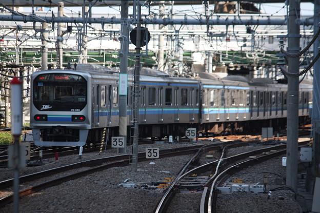大崎駅6番線から発車するりんかい線70-000形Z3編成 各駅停車 新木場 行 後追い