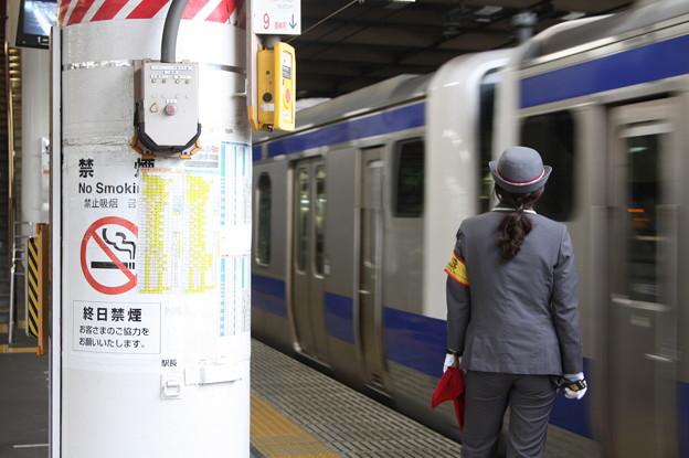 上野駅9番線で入線合図をする女性駅員