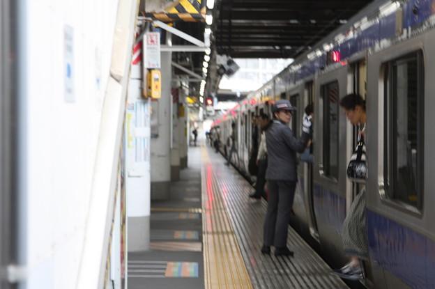 上野駅9番線で到着歓呼をする女性駅員