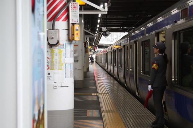 上野駅9番線で発車合図を待つ女性駅員
