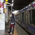 上りレピーター点灯を待つ上野駅女性駅員