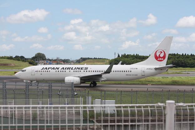 成田空港RWY16LにタキシングするJAL B737-800 JA303J (1)