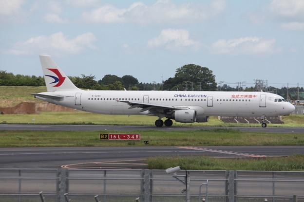 成田空港RWY16L滑走路を離陸する中国東方航空 A321-200 B-2290