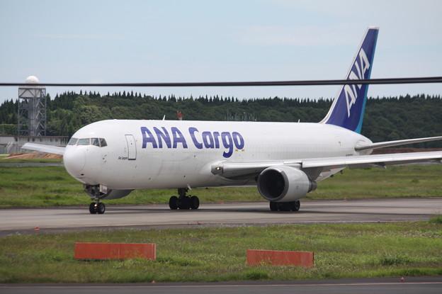成田空港RWY16LにタキシングするANACARGO B767-300ER(BCF) JA8358