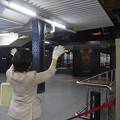 四季島発車時に手を振って見送りをするアテンダント (1)