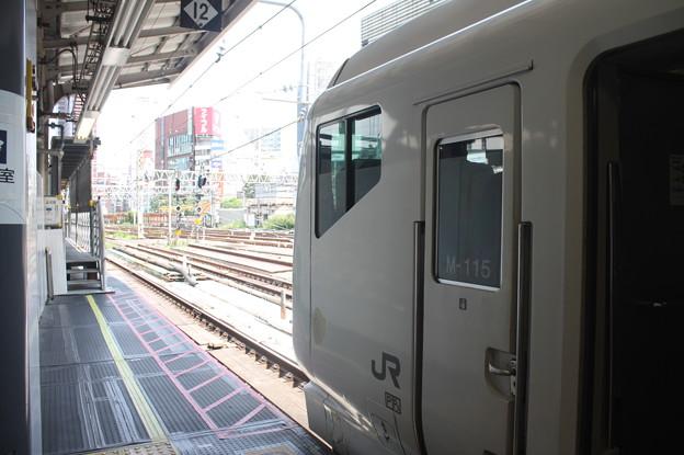 新宿駅で発車を待つE257系あずさ