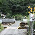 写真: 波久礼駅付近の踏切