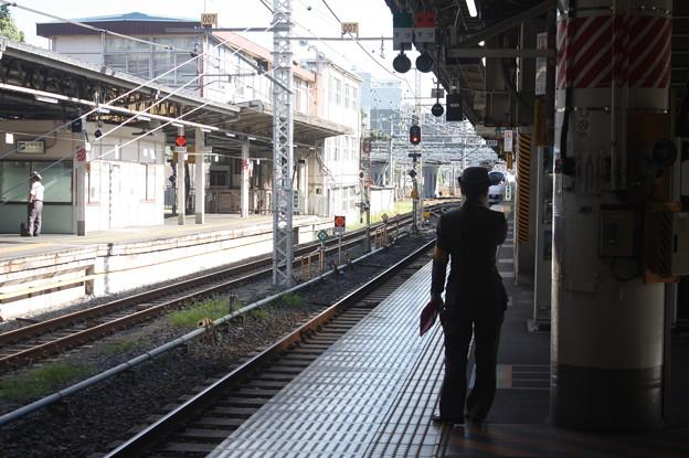 上野駅9番線の女性駅員 特急ときわ58号品川行入線 (1)