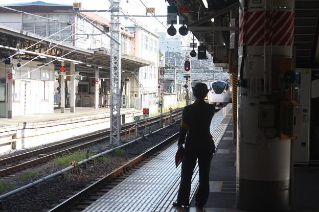 上野駅9番線の女性駅員 特急ときわ58号品川行入線 (2)