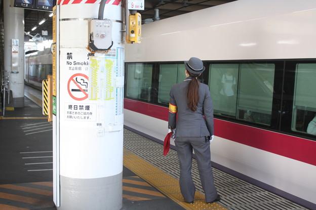 上野駅9番線の女性駅員 特急ときわ58号品川行停車中