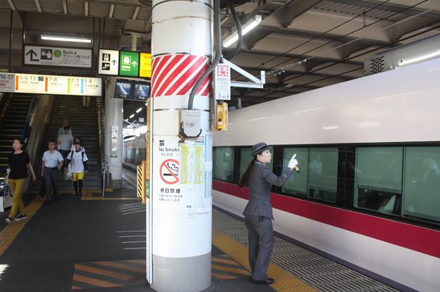 上野駅9番線の女性駅員 特急ときわ58号品川行停車中 (1)